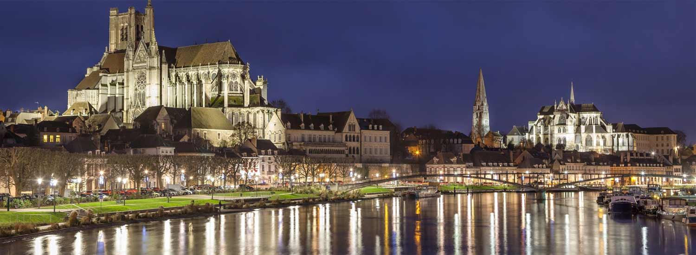 Les rives de l'Yonne et la Cathédrale d'Auxerre de nuit