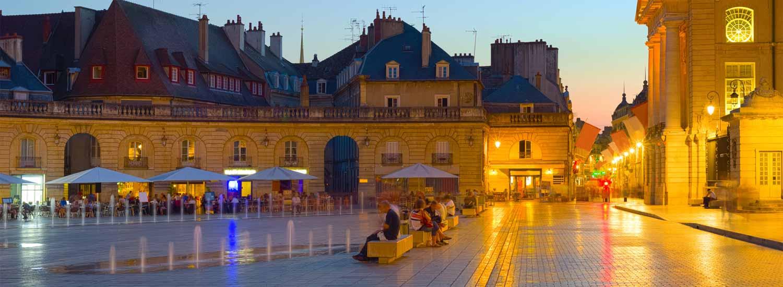 Place du Palais des Ducs de Bourgogne à la tombée du soir