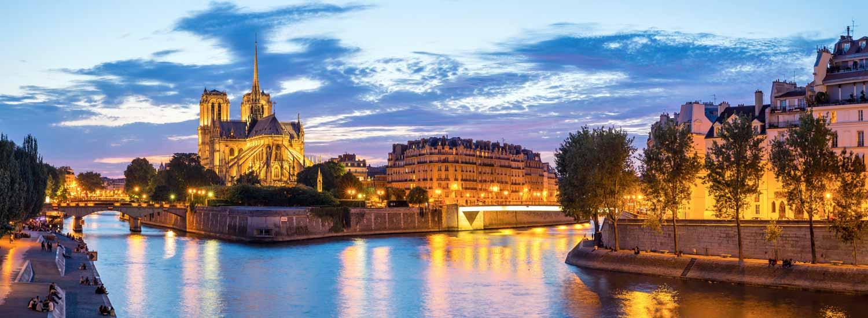 Vue de Notre Dame de Paris et des quais de Seine au coucher du soleil