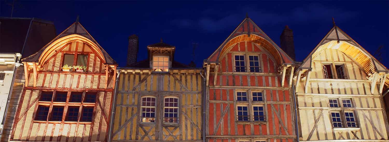 Façades de la vieille ville de Troyes la nuit